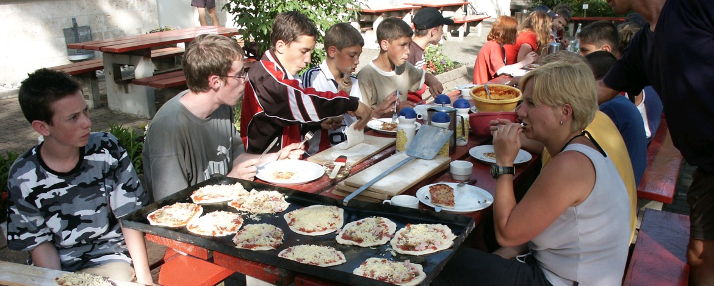 Pizza essen in der Jugendherberge Lochen