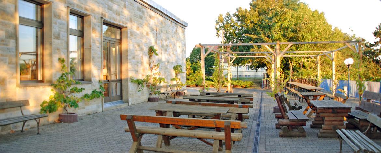 Terrasse mit Ausblick der Jugendherberge Nebra