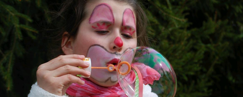 Kind beim Seifenblasen machen