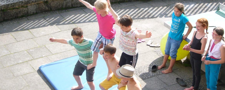 Kinder, die eine Pyramide machen