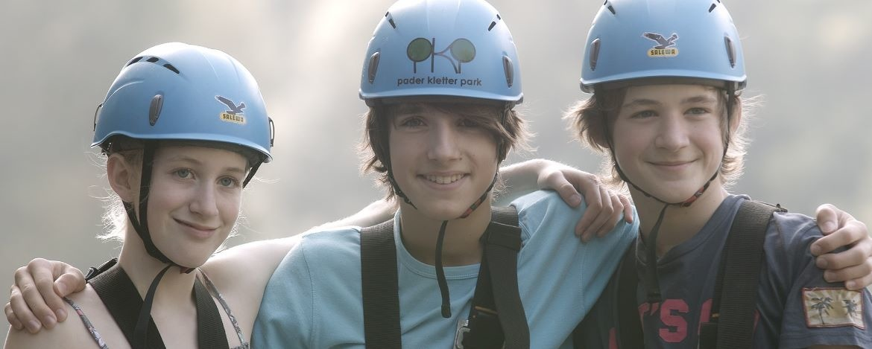 Jugendliche in Klettermontur
