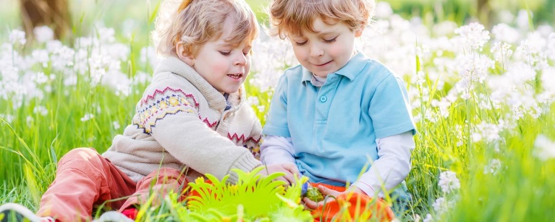 Kinder bei der Ostereiersuche