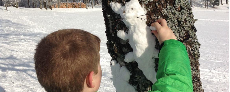 Schneefigur am Baum