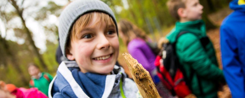 Kinder im Wald