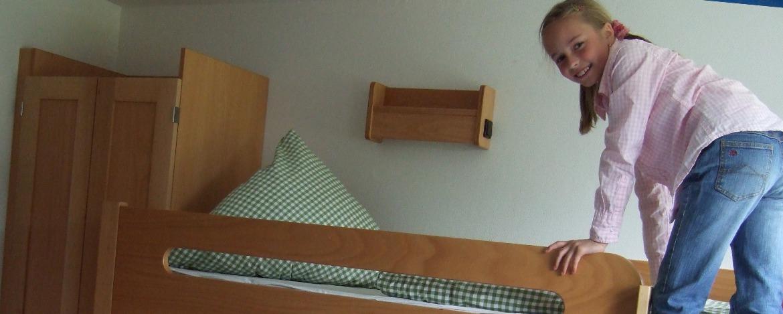 Kind auf einem Stockbett