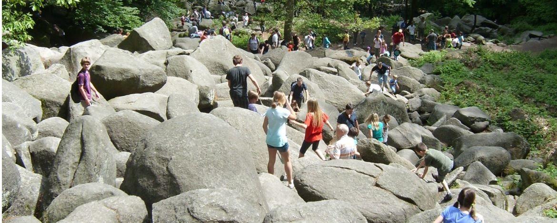 Kinder auf Felsen