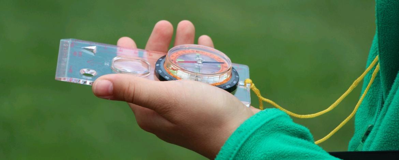 Kind mit einem Kompass in der Hand
