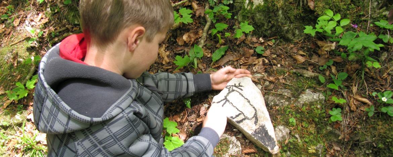 Kind beim Steine bemalen