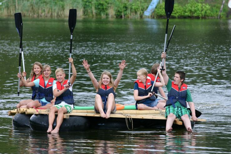 Floßbau beim Feriencamp in Plön