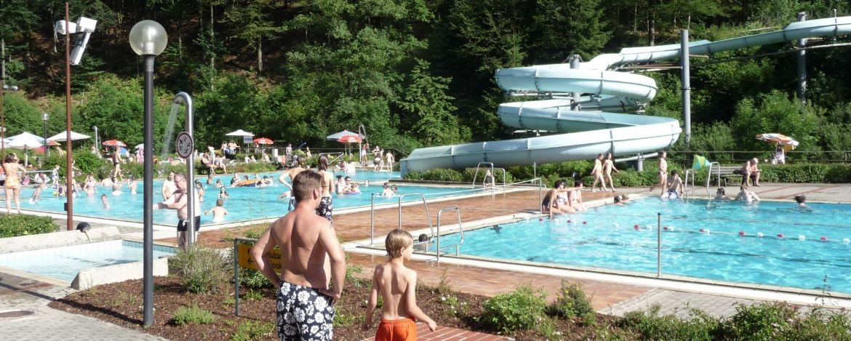 Beheiztes Sommerbad mit der längsten Wasserrutsche<br /> Frankens 117 m)