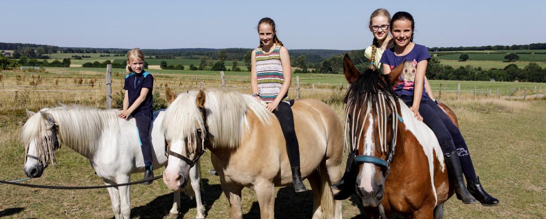 Reiterinnen: Eine Gruppe von Reiterinnen sitzen auf ihren Pferden.