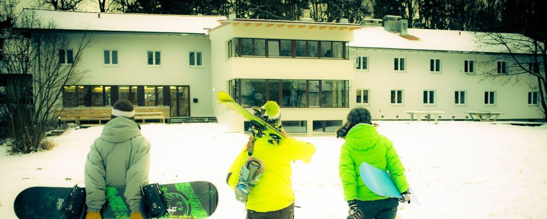 Verschneites Außengelände der Jugendherberge Lenggries