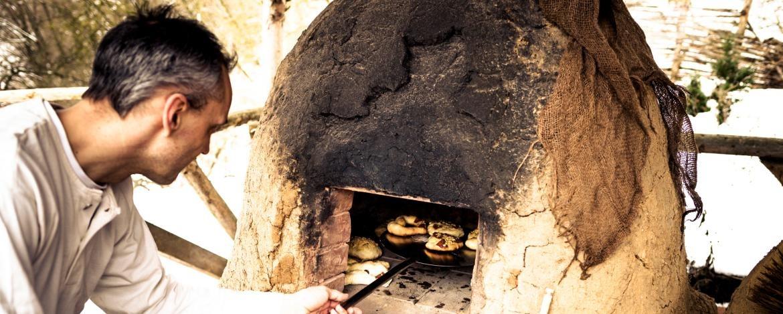 Brot backen im Lehmofen der Jugendherberge