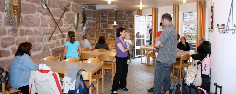Speisezimmer in der Jugendherberge Burg Rabeneck Pforzheim