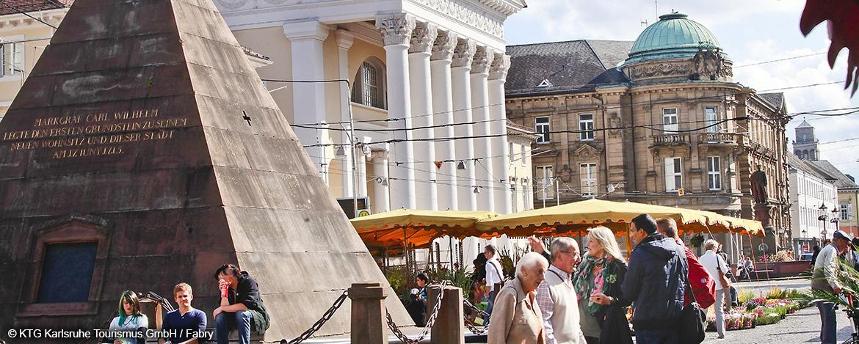 Marktplatz und Pyramide