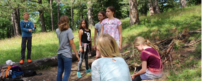 Gemeinsames Theaterspielen auf dem großzügigen Außengelände der Jugendherberge