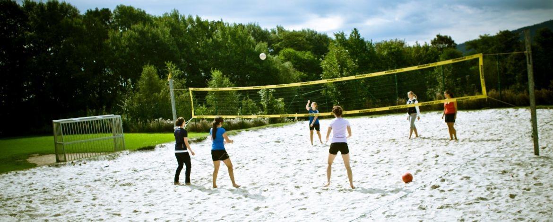 Sportlich aktiv auf dem Beachvolleyballplatz