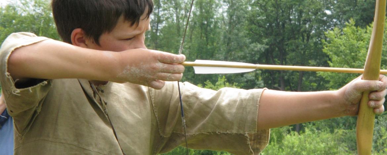 Steinzeit-Klassenfahrt Bogenschießen