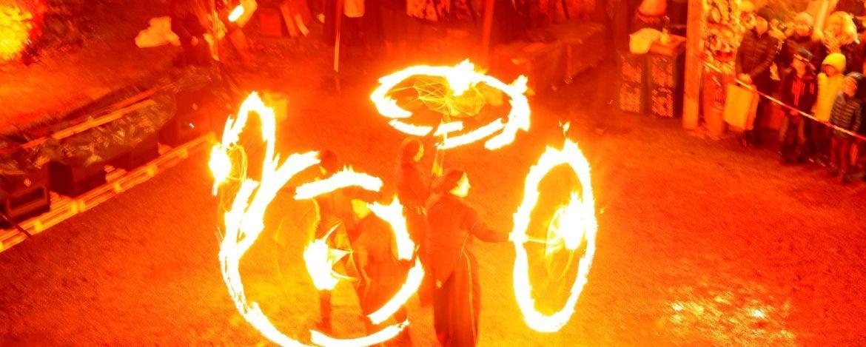 Bengalisches Feuer auf dem Weihnachtsmarkt in der Burg
