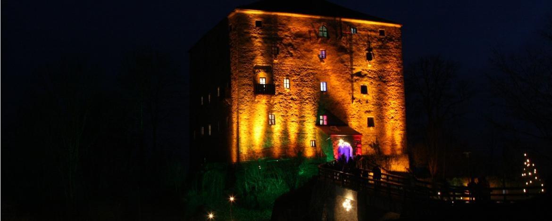 Stimmungsvoll angeleuchtete Burg Saldenburg