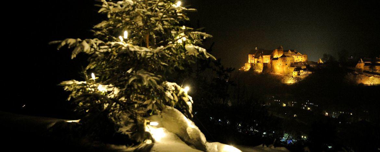 Weihnachtliches Burghausen mit angeleuchteter Burganlage