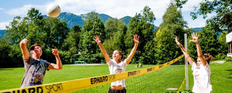 Volleyballspielen auf dem Gelände der Jugendherberge