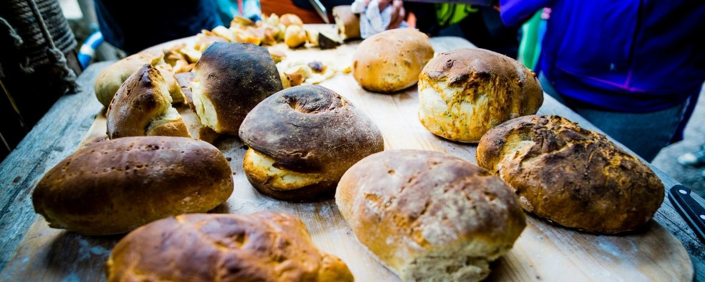 Brot backen im Lehmofen