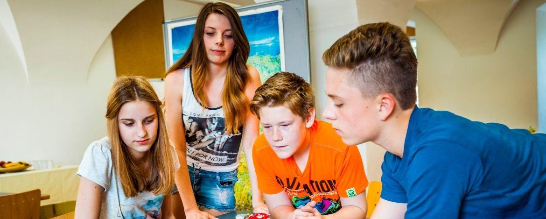 Schülergruppe im Tagungsraum