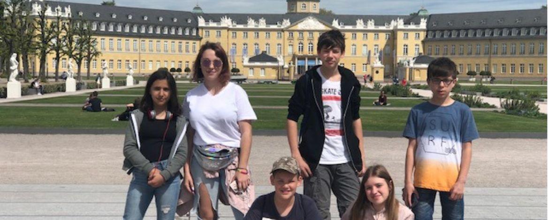 Jugendliche vor dem Schloss Karlsruhe